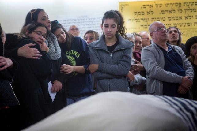בנות המשפחה בהלוויה