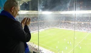 נתניהו צופה במשחק כדורגל. ארכיון