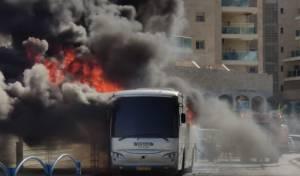 בשכונה החרדית: אוטובוס נוסעים עלה לפתע באש • צפו