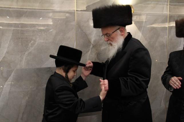 """בזלאטשוב חגגו בר מצווה לבנו של האב""""ד"""
