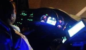 תיעוד: נהג אוטובוס צופה בסרט תוך כדי נהיגה