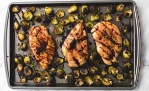 חזה עוף אפוי ברוטב בלסמי ודבש עם כרוב ניצנים - תוך פחות מחצי שעה על שולחנכם: עוף בתנור