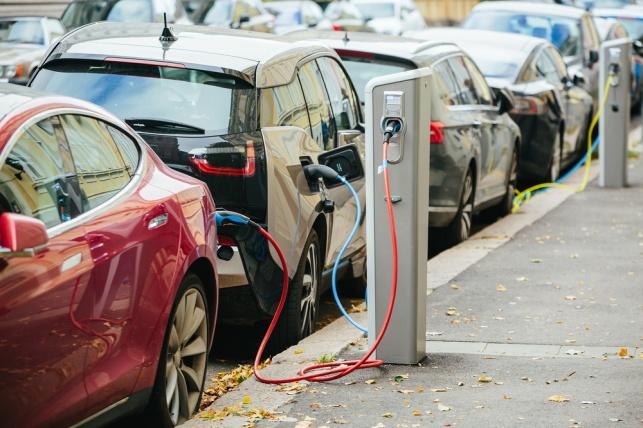 רכבים חשמליים בטעינה