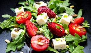 סלט קפרזה אחר עם תותים ורוטב פסטו פיסטוקים
