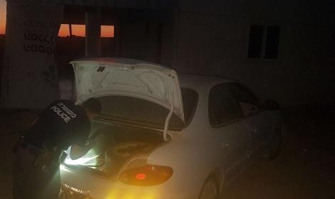 שוטר ליד תא המטען בו היה הילד - ילד נמצא מת בתא המטען של הרכב הלוהט