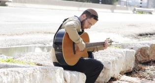 """פנחס דולינסקי בסינגל חדש - """"מעבר לפינה"""""""