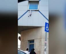"""בין שמיים לארץ: פעוטה נלכדה בחלון בב""""ב"""