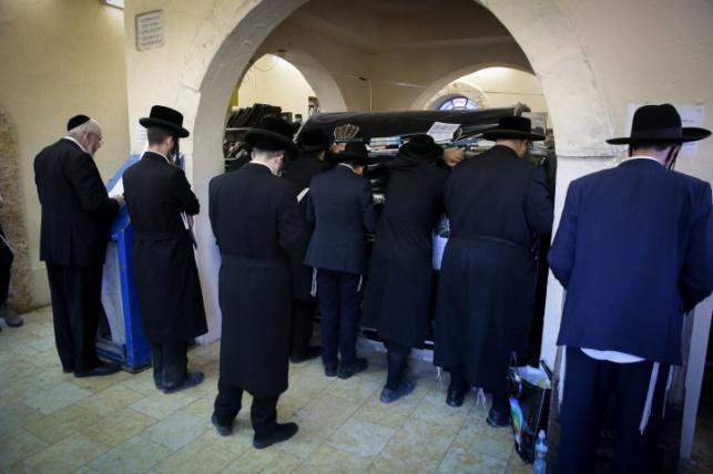 מתפללים בציון בעמוקה. למצולמים אין קשר לנאמר בכתבה