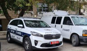 כוחות המשטרה מחוץ לזירה
