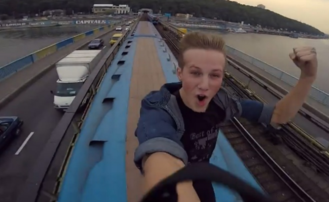 מפחיד: צעיר תפס טרמפ על גג של רכבת