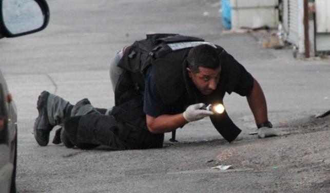חבלן סוקר איזור פיצוץ בבני-ברק. צילום ארכיון: עמנואל בוארון