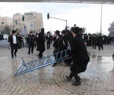 סילוק גדרות המשטרה בהפגנה המדוברת