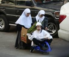"""צפו: ילדים ב""""לבוש חגיגי"""" מוכרים הדסים"""