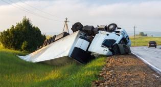 הנהג טיפס על גג המשאית, נפל ויפוצה