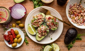 סירות אבוקדו במילוי טונה והמון ירקות