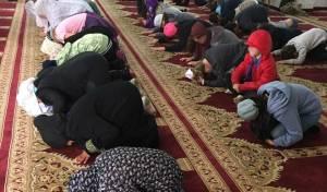 הילדים היהודים במסגד בג'סר א-זרקה.