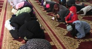 הילדים היהודים במסגד בג'סר א-זרקה. - ילדים יהודיים נלקחו למסגד והשתתפו בתפילה