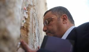המועמד משה ליאון פתח את יומו בכותל