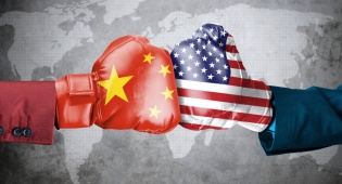 """מלחמת הסחר בין ארה""""ב וסין תרסק את הצמיחה"""