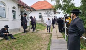 צפו: בדרך לאומן, עוצרים בקבר של רבי נתן