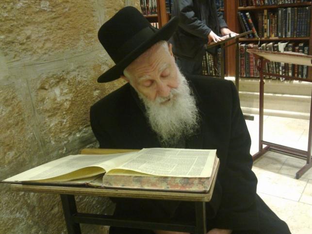 """הגר""""י יוסף השבוע ב'קבר רחל' (צילום בלעדי: כיכר השבת)"""