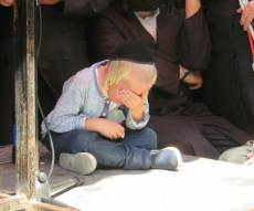 היתום בן ה-5 פרץ בבכי - וסחף את המלווים