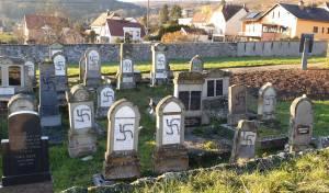 שוב: צלבי קרס רוססו על 107 קברים בצרפת