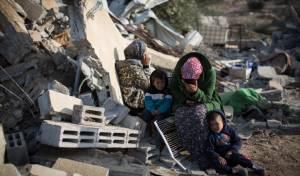 משפחה בדואית על הריסות ביתה, בתום המאבק האלים הקודם באום אל חיראן