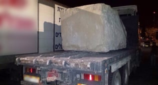 הסלע הענק - נהג ללא רישיון עם סלע של יותר מ-10 טון