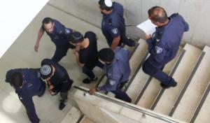 סנדרוסי, במדרגות בית המשפט