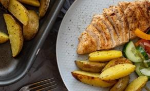 חזה עוף במחבת לצד תפוחי אדמה בתנור
