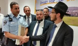 הרב מנחם קונשטט נפגש עם השוטרים שהצילו את חייו