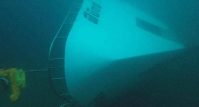 הסירה מתחת לפני הים