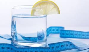 שתיית הכמות *הזו* של מים תשרוף לכם 490 קלוריות בשבוע
