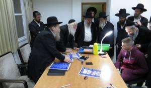 תיעוד: הרבנים ניסו את מכונת הגילוח על גוי