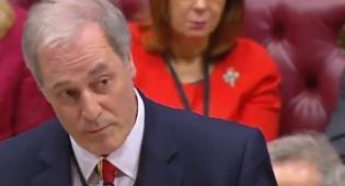 נימוס בריטי מוגזם: שר איחר - והתפטר • צפו