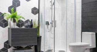 כיצד להפוך את דלתות הזכוכית במקלחת לנוצצות