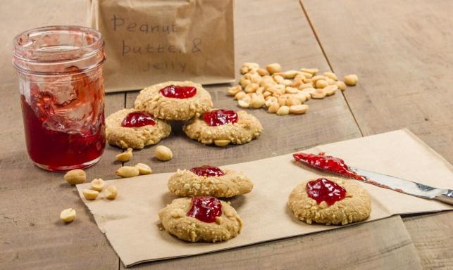 עוגיות סנדוויץ' של חמאת בוטנים וריבת תות