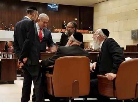 נתניהו והחרדים במליאת הכנסת, הלילה - ברוב דחוק: חברי הכנסת אישרו  את חוק המרכולים המרוכך