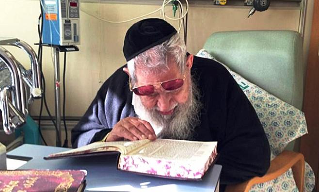 """מרן הגר""""ע יוסף שוקד על תלמודו בבית החולים"""