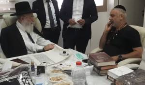 הפגישה המרגשת בין האב השכול לרב אלבז