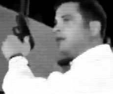 מילר מנופף בנשק מול הפורעים - מטר אבנים ויריות באוויר: זמר חסידי נקלע ללינץ' בירושלים