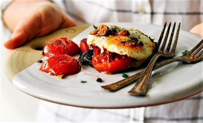 """""""טוסט"""" פטריות ועגבניות צלויות עם ביצה - כך מרכיבים שלמות של """"טוסט"""" פרווה וללא גלוטן"""