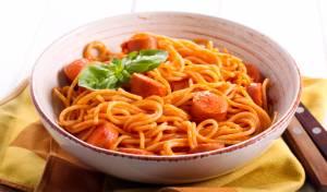 לא לילדים בלבד: פסטה ונקניקיות ברוטב עגבניות