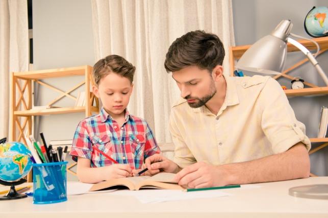 סטופ: 4 דברים שכדאי שתפסיקו לעשות עבור ילדיכם