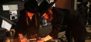 מדליקים נרות בזירת האסון
