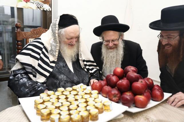 """ראב""""ד העדה בירך את התפוחים והדבש עבור בנות 'בית לפליטות'"""