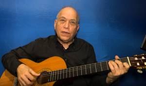 """אבי ברק מלמד אתכם לנגן """"קלי אתה"""" • צפו"""