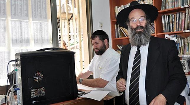 הרב אברהם רובינשטיין בלשכתו