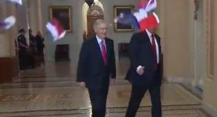 """התקרית החריגה - זרק דגלים לעבר טראמפ וצעק """"בוגד"""" • צפו"""